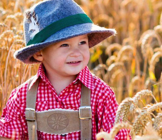 Kleiner Junge in Lederhose: bayrische Jungennamen sind traditionell und schoen