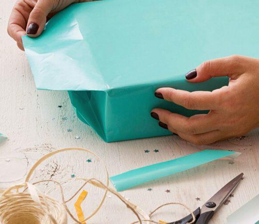 Geschenke verpacken für Kinder; Frau verpackt Geschenke