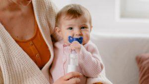 Inhalationsgerät von Omron mit Schnullermasken-Aufsatz