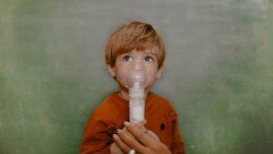 Kind mit Inhalationsgerät