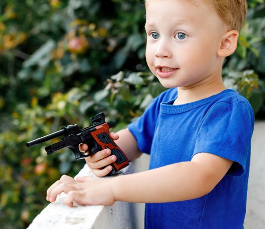 Kind mit Spielzeugwaffe