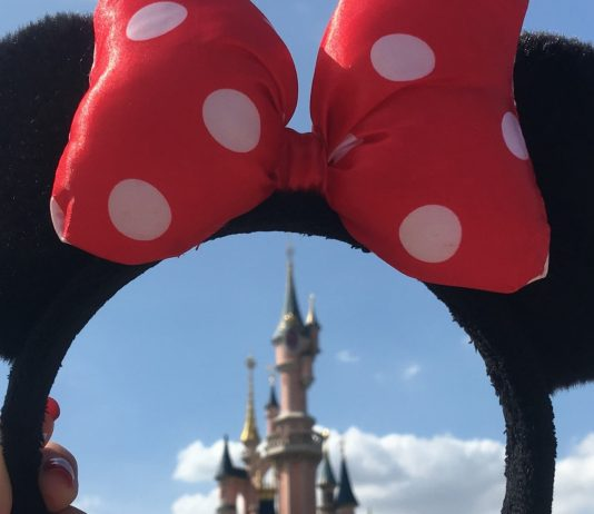 Micky Mouse Ohren vor dem Disney-Schoss: Vornamen aus Disney-Filmen sind märchenhaft
