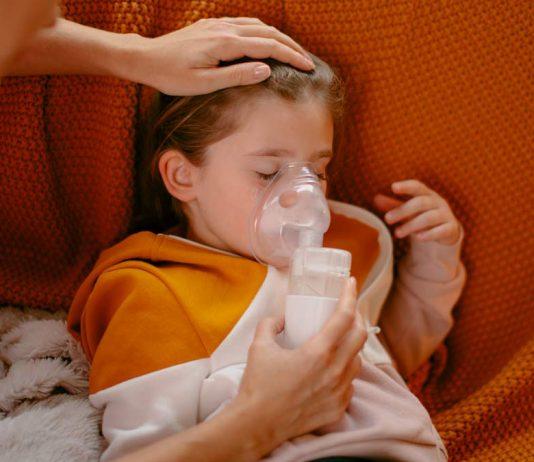 Kind mit Mittelohrentzündung beim Inhalieren