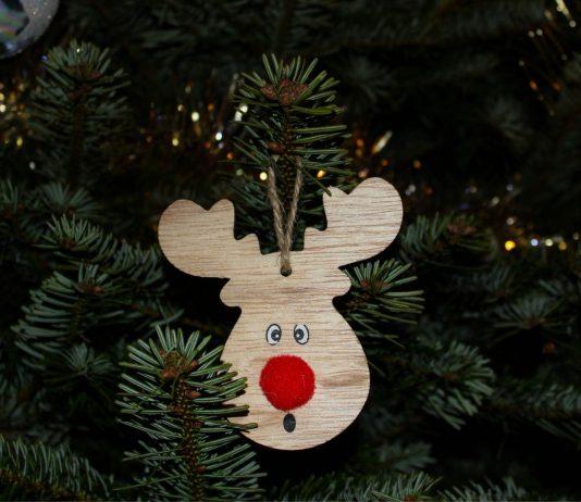 Weihnachtsbaum kindersicher: Anhänger aus Holz