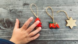 Weihnachtsbaum kindersicher: Anhänger aus Holz für den Tannenbaum