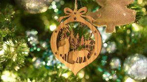 Weihnachtsbaum kindersicher: Aufhänger aus Holz an Tannenbaum