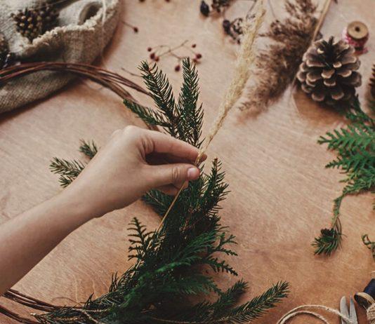 Weihnachtsdeko aus Tannenzapfen; Weihnachtskranz basteln