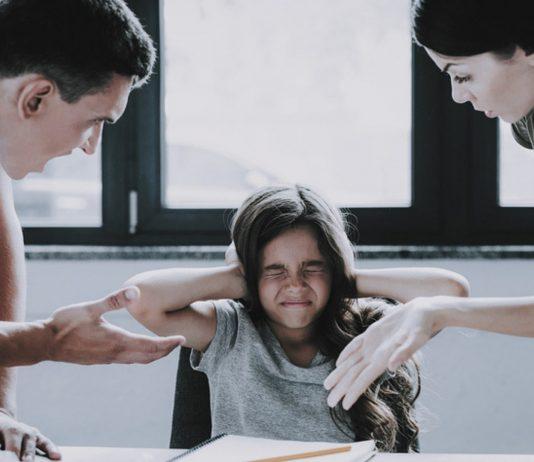 Weniger schimpfen mit Kindern: Eltern reden auf Tochter ein.