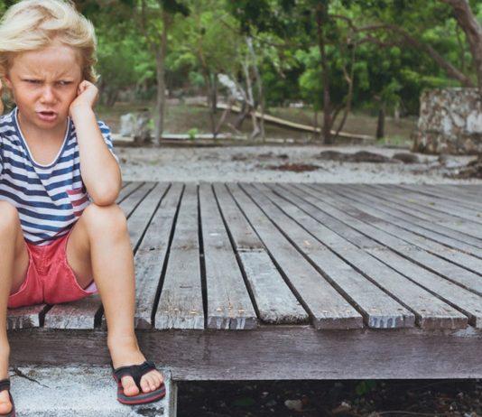 Wutanfall beim Kleinkind: Junge schmollt