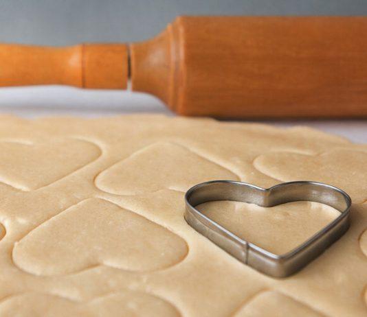 Babykekse Rezept ohne Zucker: Ausstecher in Form eines Herzes auf einem Stück Teig