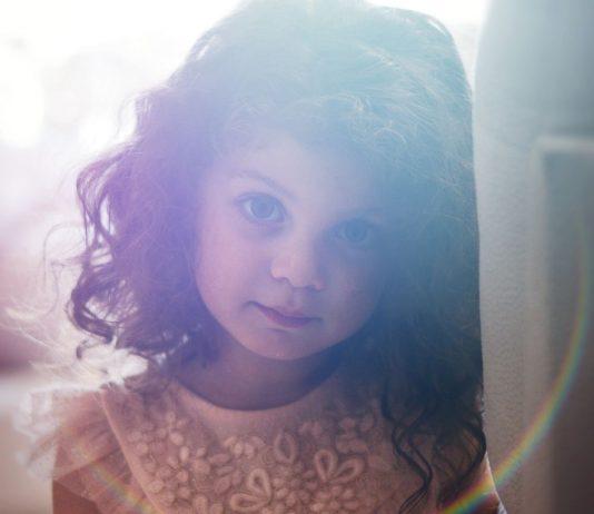 Grenzen Kinder: Mädchen schaut in die Kamera