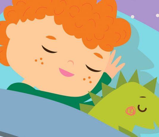 Schlafender Junge mit Dino-Plüschtier