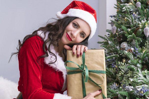 Frau im Weihnachtsmannkostüm
