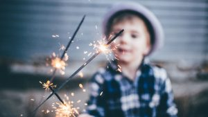 Silvester Angst Kleinkind: Junge hält Wunderkerze.