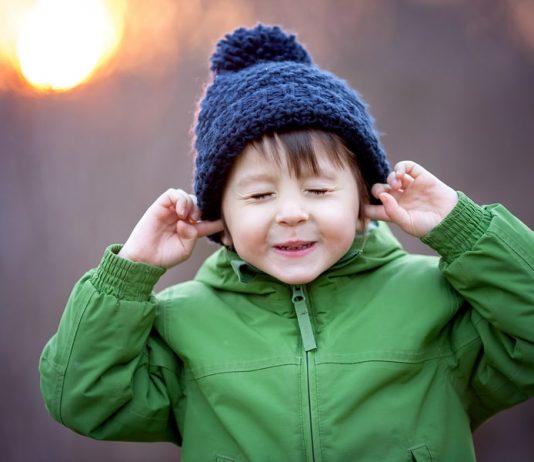 Silvester Angst Kleinkind: Kind hält sich die Ohren zu.