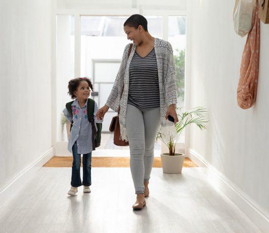 Alleiniges Sorgerecht: Mama und Tochter Hand in Hand.