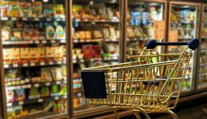 Einkaufswagen im Supermarkt: Auch beim Einkaufen von Lebensmitteln gibt es Spartipps für Familien