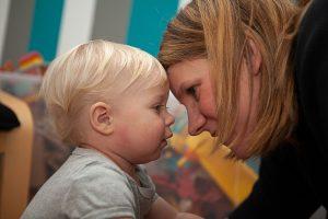 Mama und Sohn haben Neurodermitis
