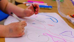 Kind im Kindergarten malt