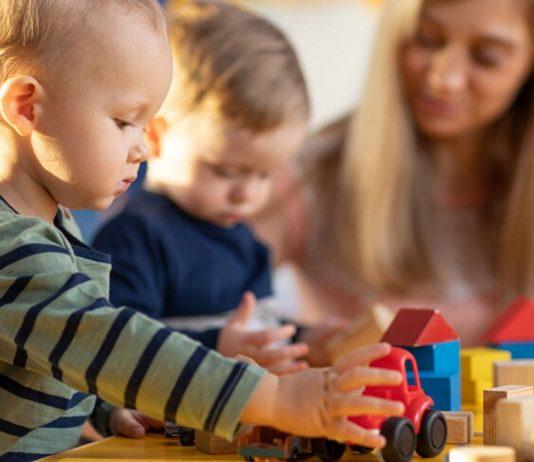 Kinder spielen in der Kita: Bei der Kindergartenanmeldung helfen unsere Tipps