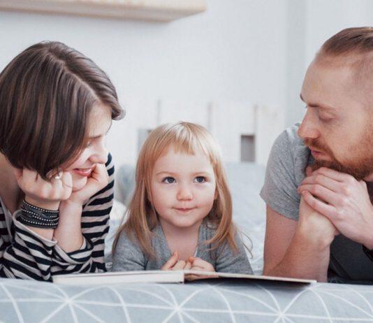 Kinder Geschlechtsteile benennen: Eltern im Gespräch mit ihrer Tochter