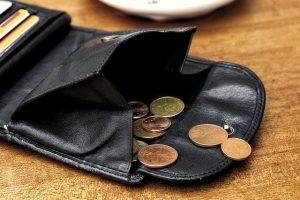 Portemonnaie mit wenig Geld: Besonders bei Familien bleibt am Monatsende oft nicht viel uebrig