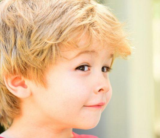 Schimpfwörter faszinieren Kinder: Verschmitzter Junge