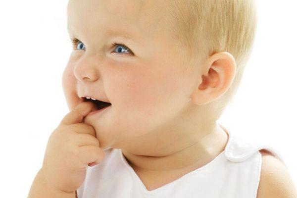 Veilchenwurzel hilft gegen Zahnungsschmerzen: Zahnendes Kind