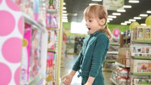 Wutanfälle beim Einkaufen: Mädchen vor Spielzeugregal