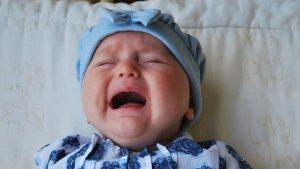 Baby mit Bauchschmerzen weint: Kümmelzäpfchen können helfen