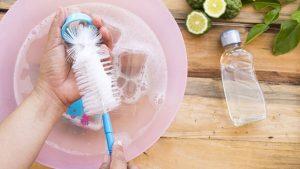Es gibt eine spezielle Flaschenbürste, die vor dem Auskochen der Babyflaschen zur Reinigung geeignet ist.