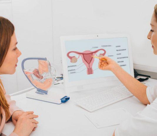 Eisprung auslösen: Frau bei Frauenarzt zur Besprechung