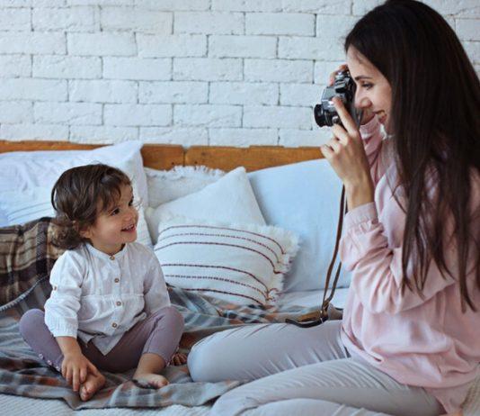 Kinderfotos im Internet: Mutter fotografiert ihr Kleinkind