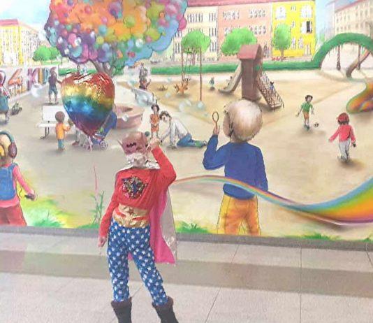 Pia im Superheldinnen-Kostüm