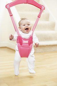 Auch wenn Babys gern im Türhopser sitzen, sollten Eltern lieber darauf verzichten.