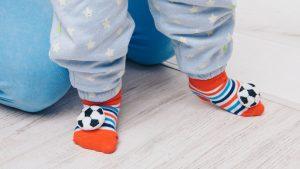 Ein Baby sollte am besten barfuß laufen lernen - oder auf Rutschesocken