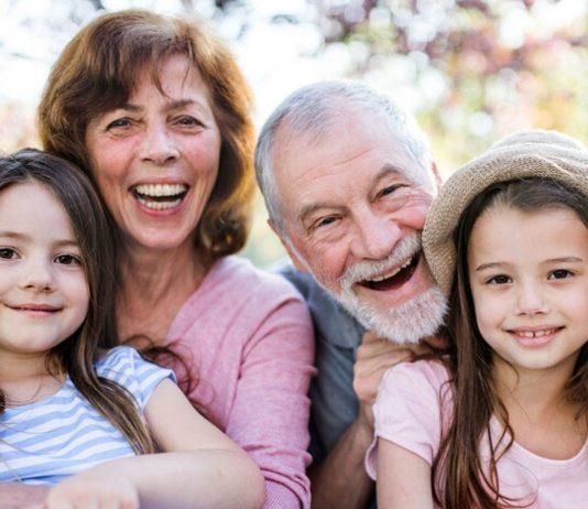 Bis zum Herbst sollten Kinder nicht zu ihren Großeltern gegeben werden – zu groß ist die Gefahr, dass sie das Coronavirus übertragen.