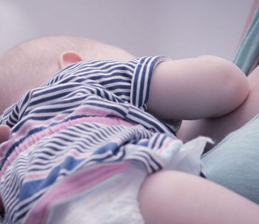 Das Coronavirus verunsichert viele Mamas: Müssen sie beim Stillen etwas beachten?