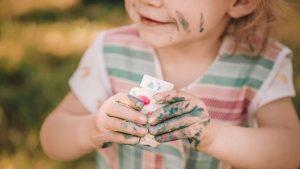 Eine Fingerfarbe selber zu machen ist schnell erledigt, neben drei Zutaten brauchen sie nur die richtige Aufbewahrung.