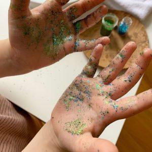 Das Glitzer ist perfekt geeignet, um den Kindern zu demonstrieren, wie wichtig es ist, sich die Hände zu waschen.