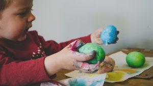 Ostereier bemalen ist für Kinder ein besonders Highlight, wenn sie Fingerfarben verwenden dürfen.