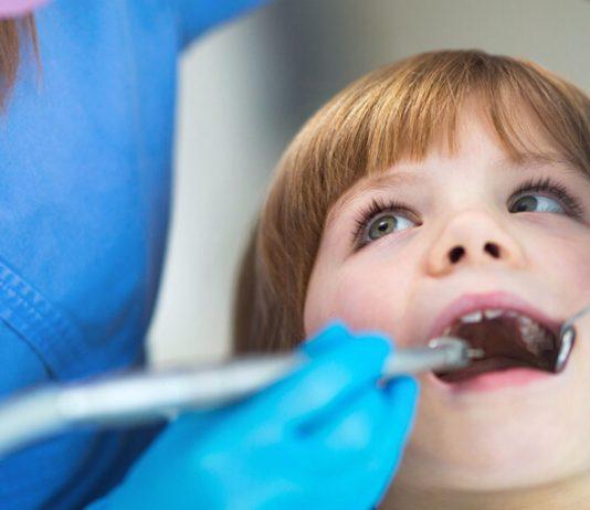 Wie oft dein Kind zum Zahnarzt muss, hängt von seinem Alter ab.