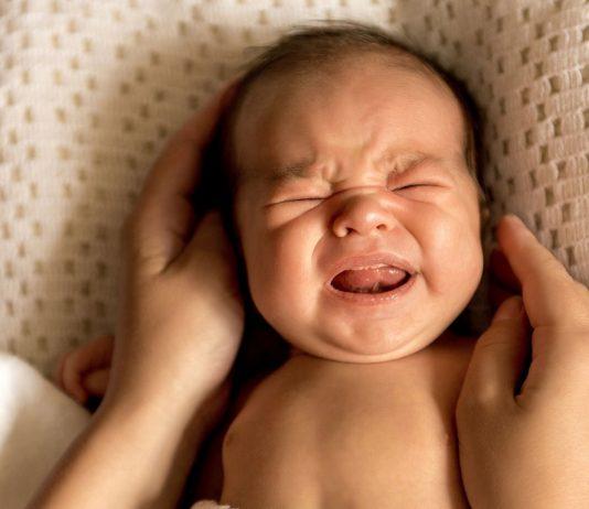 Hat dein Baby Bauchweh? Viele Mamas empfehlen, Globuli auszuprobieren.
