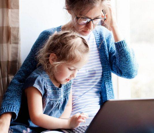 Arbeiten mit Kind auf dem Schoß – viele Eltern sind einfach zutiefst erschöpft. Deswegen gibt es jetzt die Forderung nach dem Corona-Geld.