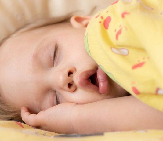 Ein Kind wurde jetzt von ganz besonderen Babysittern zu Bett gebracht.