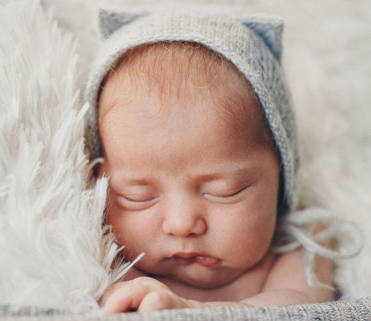 Der Nestschutz hilft dem Baby gesund zu bleiben.