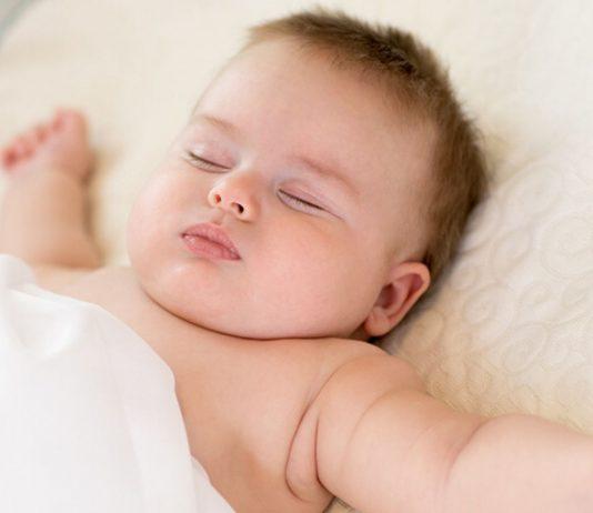 Ein platter Hinterkopf beim Baby kommt häufig davon, dass die Kleinen so oft auf dem Rücken liegen.