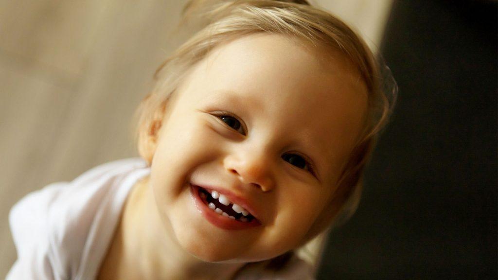Wann kommt welcher Zahn: Bis alle zu sehen sind, dauert es ein Weilchen. Aber dann haben die Kleinen wieder gut lachen!