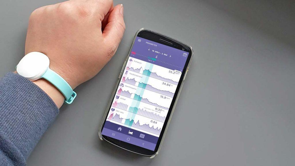 Einfach nach dem Aufstehen das Ava Armband mit der App synchronisieren. Geht in Sekundenschnelle!