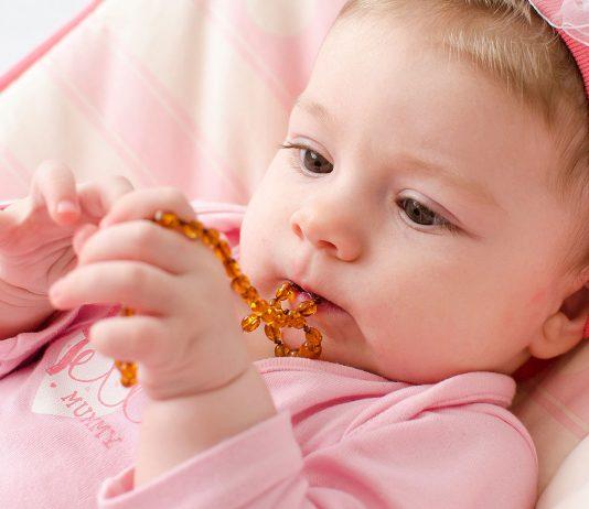 Eine Bernsteinkette soll Babys beim Zahnen helfen.